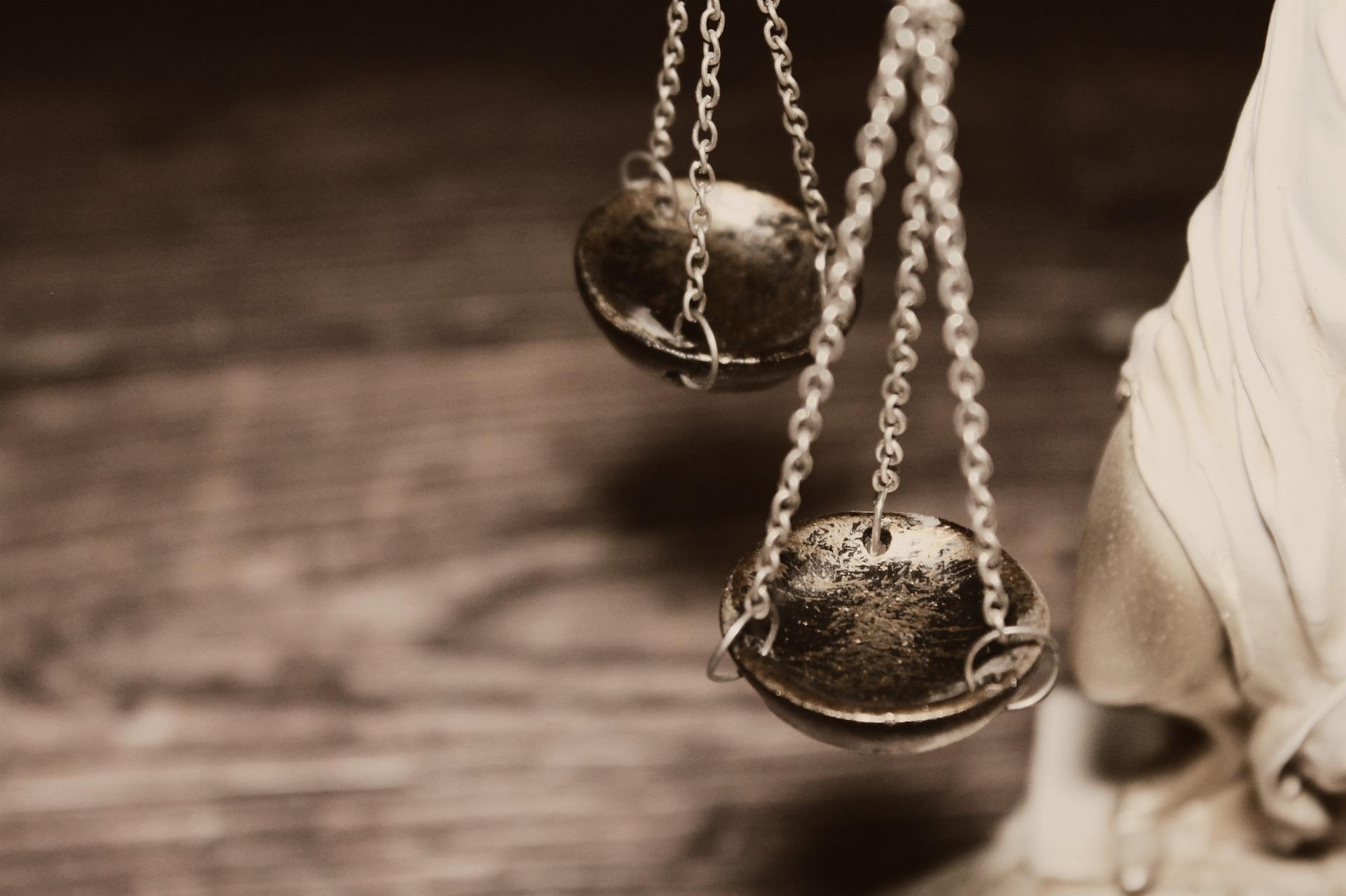 """Como em tudo no Direito Brasileiro – em se tratando de jurisprudência consolidada, ou em vias de, nos Tribunais Superiores – há sempre um """"porém"""", um """"senão"""". E não é diferente em relação ao tema: """"A personalidade jurídica dos condomínios e seus efeitos práticos."""""""