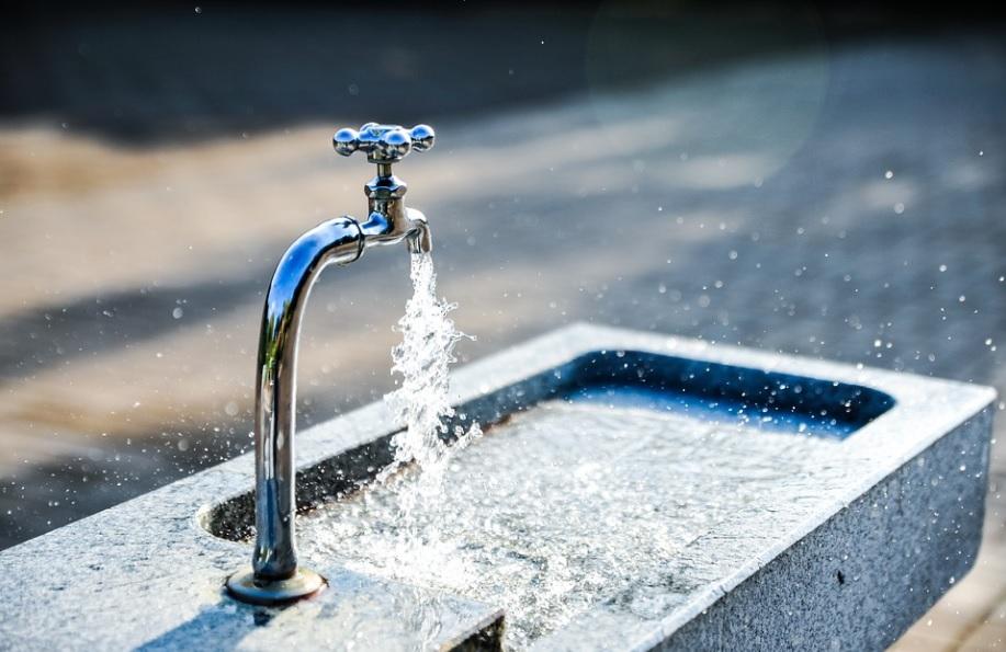 A conta de água é uma despesa significativa para os condomínios, especialmente para os que não possuem hidrômetros individuais.
